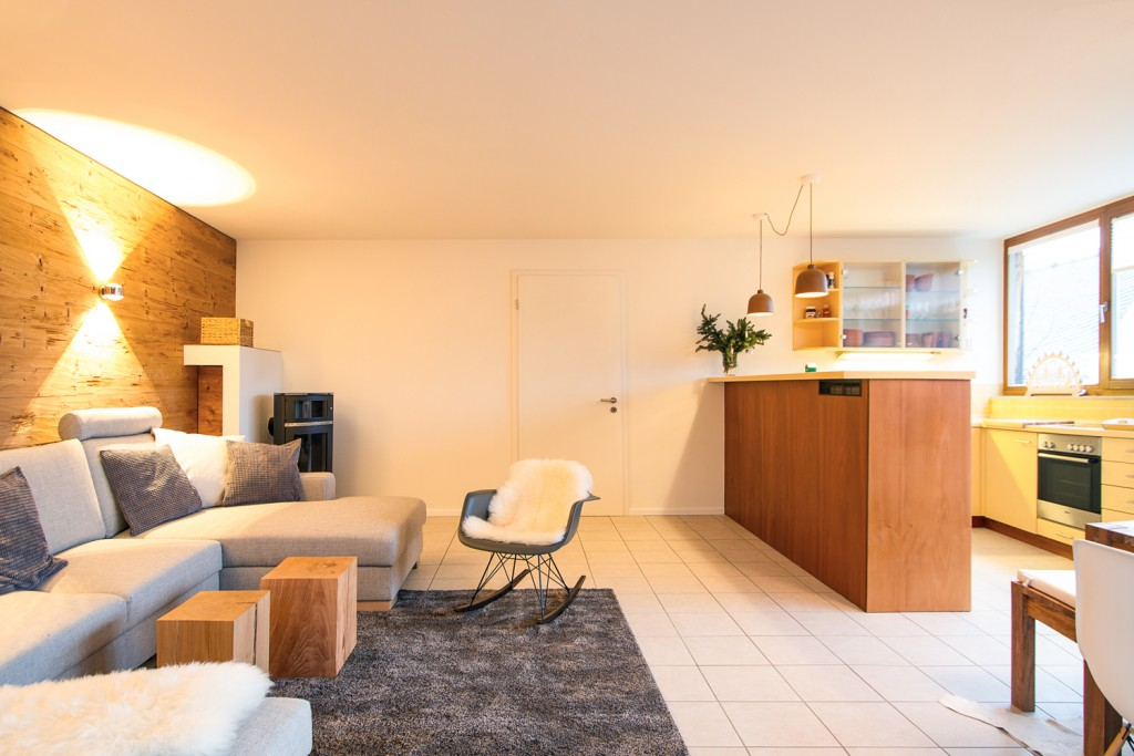 Wohnzimmer im Obergeschoss mit offener Küche