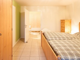 Schlafzimmer mit Badezimmer und Sauna